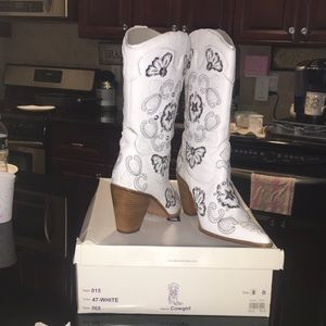Cowgirl boots in white leather from bakers size 8